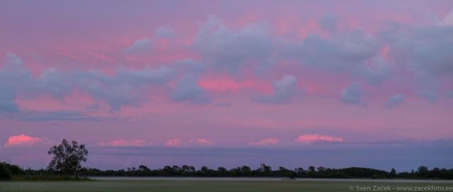 © Sven Začek - küllaltki harv juhus, kus eksisteerivad kõrged ja madalad pilved ilma keskmiste pilvedeta. Päike on loojunud ja ei valgusta enam madalaid pilvi, kuid valgustab kõrgeid. Tulemuseks on õrnroosad kõrged pilved, kuid värvitud madalad pilved. Toonid on