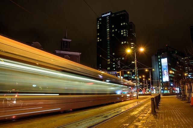 © Alari Kivisaar - На улице всё ещё очень темно, практически нет ни света, ни цвета. Возьмите с собой штатив (маленький и лёгкий) и снимите огни ночного города и
